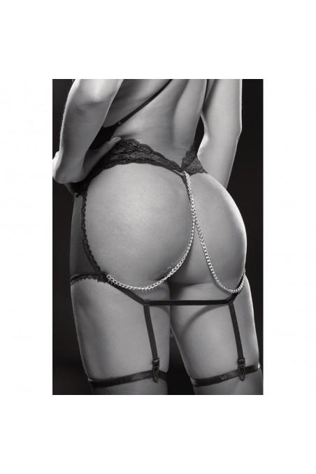 Nuisette jarretelles décolletée et fesses nues avec chaînes et bas